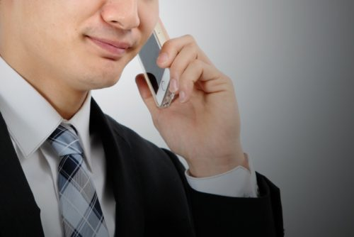 不動産屋で電話する写真