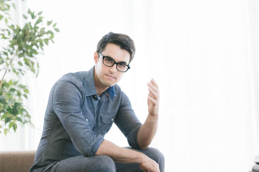 同棲の費用に関して頭を抱える男性