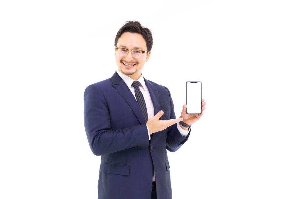賃貸の仲介手数料を値引きする方法を教える男性