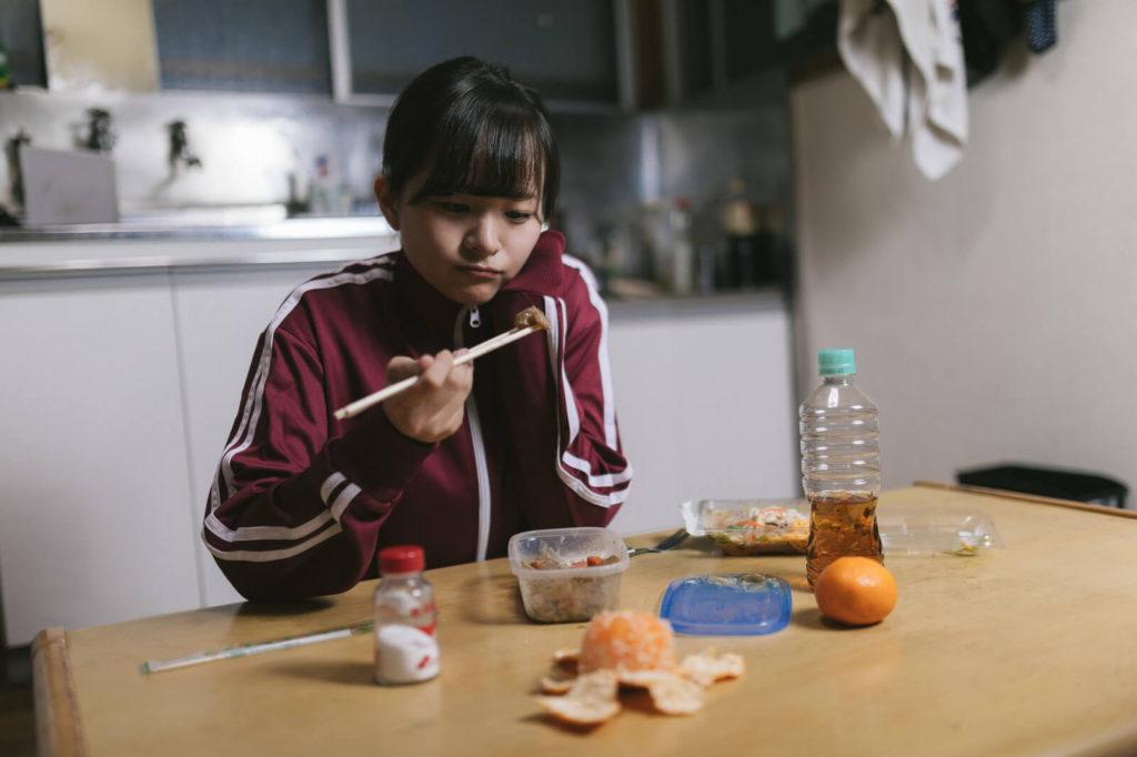 東京で一人暮らしする時の目安家賃が高くて落ち込む女性
