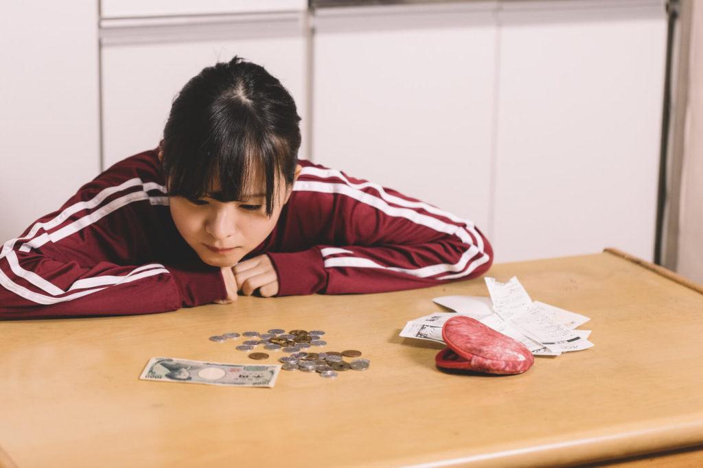 UR賃貸のデメリットで家賃が高くて困る女性