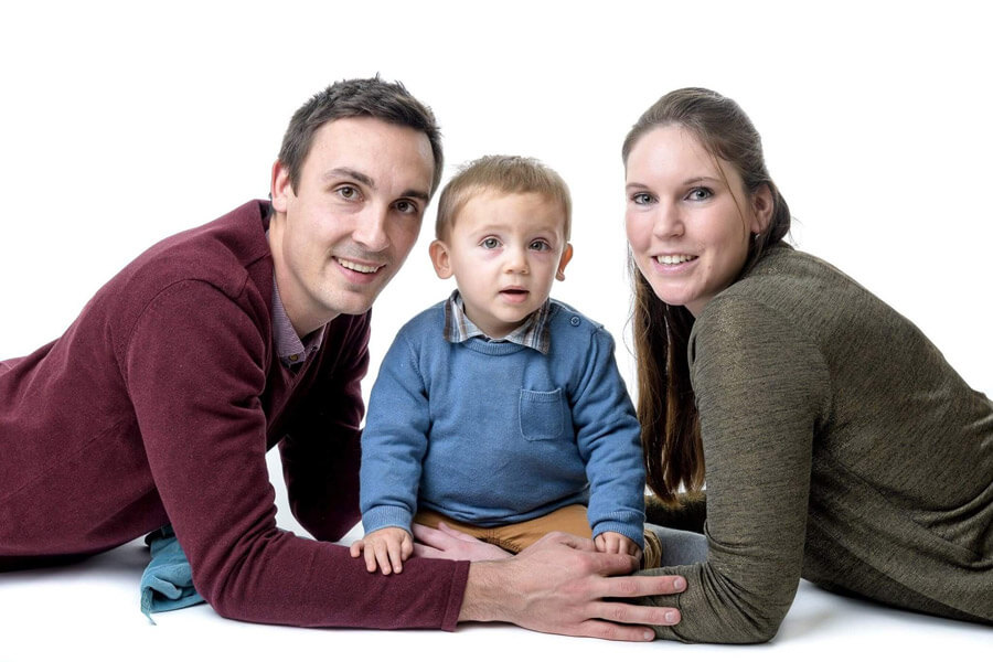 外国人の3人家族の写真