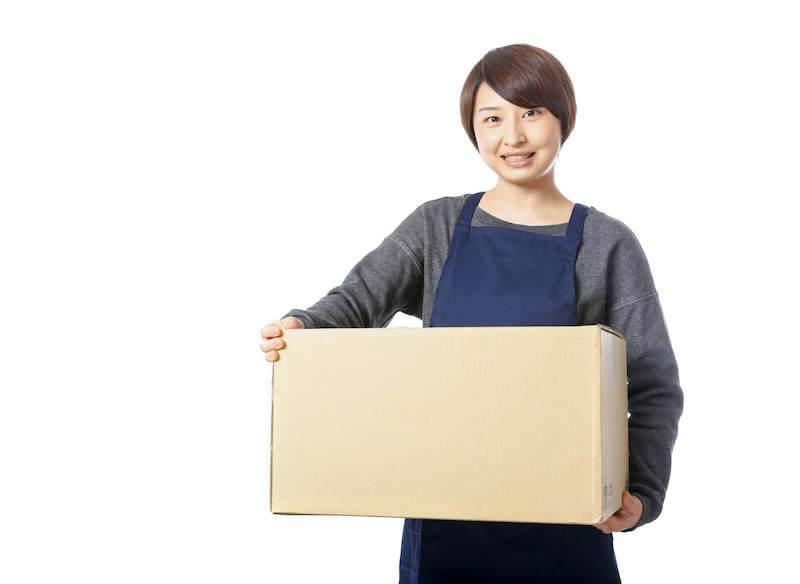 退去するために引っ越しの作業をする女性