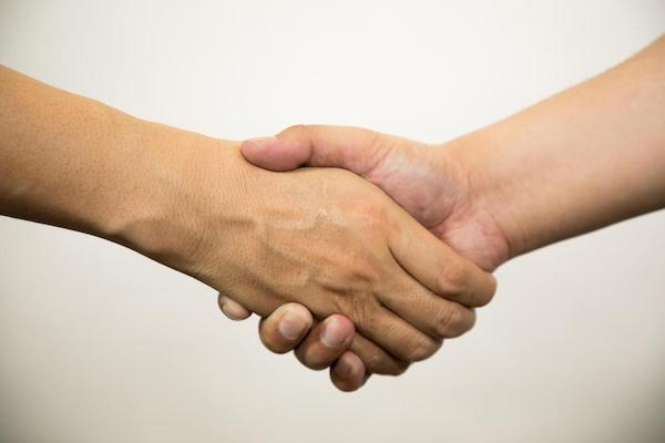 ガッチリと握手を交わす写真