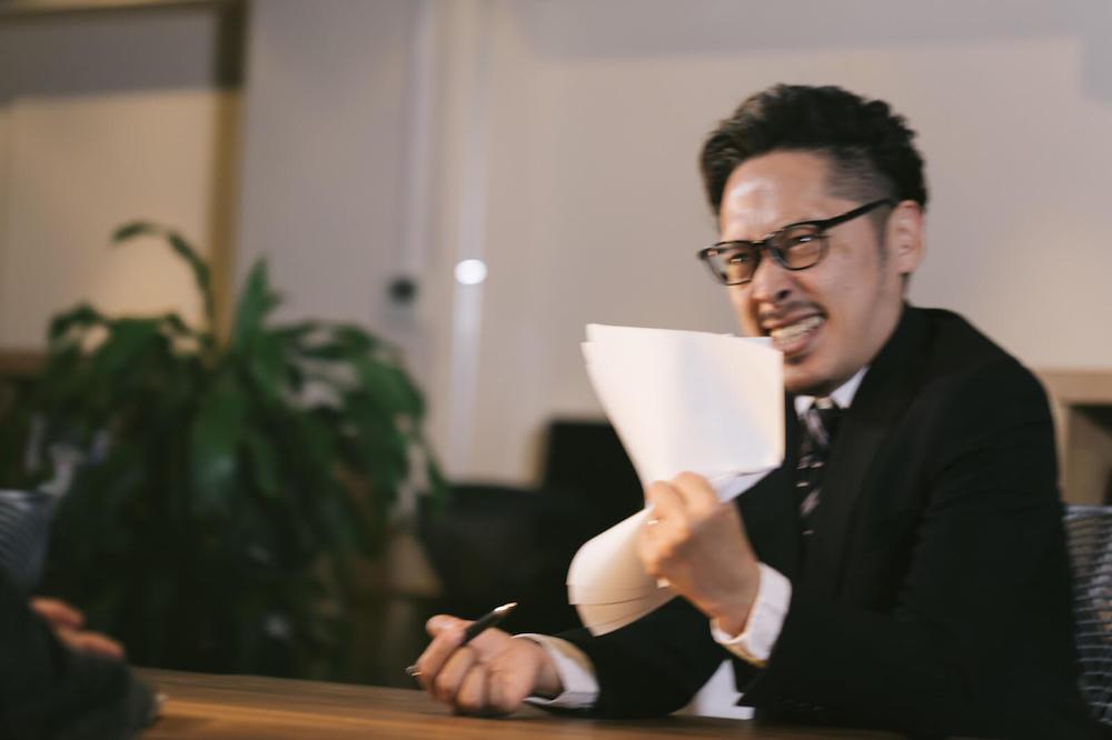 期解約違約金についてすぐに退去した人に対して怒る男性の写真