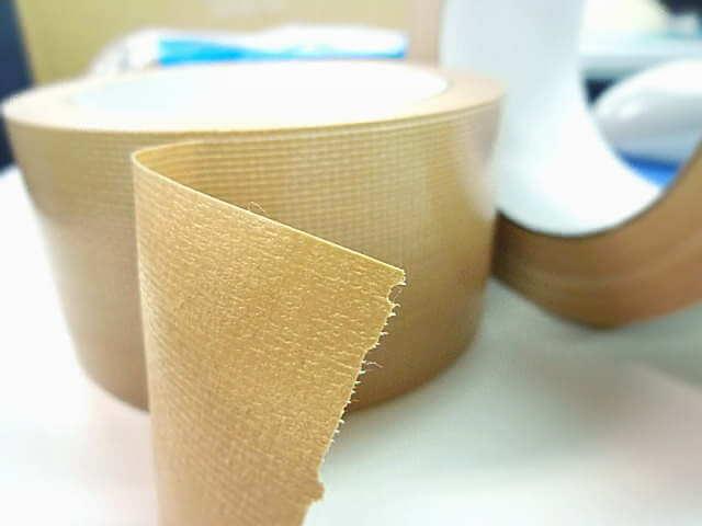 リメイクシートによる壁のベタつきをとるガムテープ