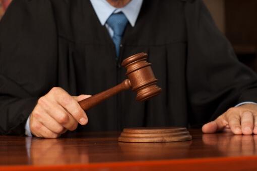 原状回復時にヤニ汚れでも経年劣化が適用になるか決める裁判官