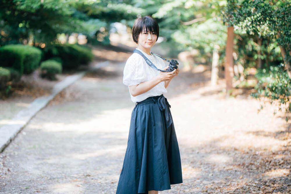 上京費用を貯金する女性の写真