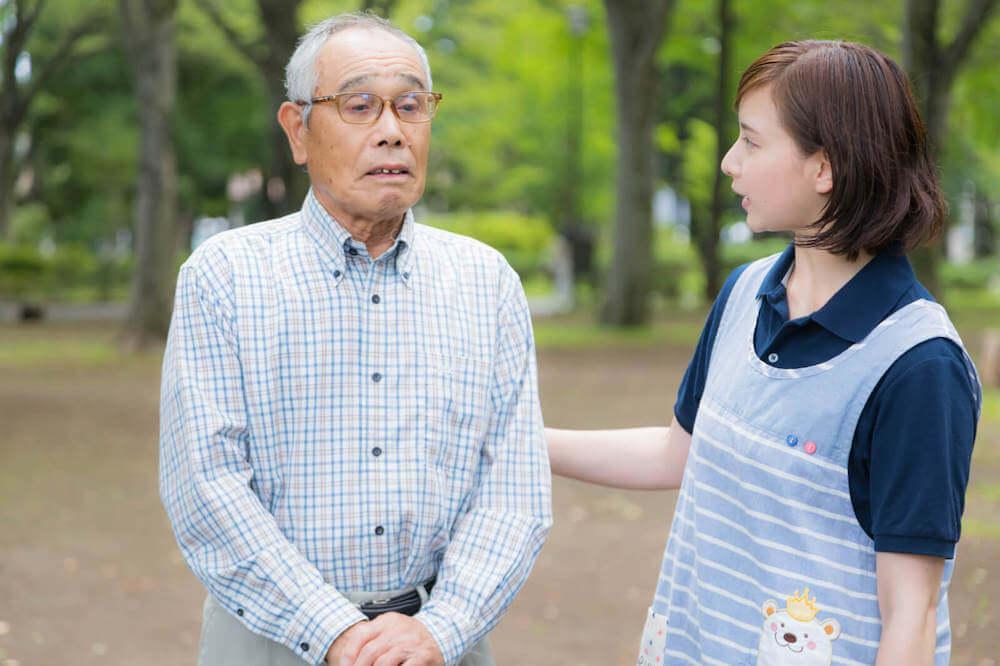 賃貸契約時の保証会社に加入するメリットとは?全体の流れもわかりやすく解説する高齢者を気にする女性